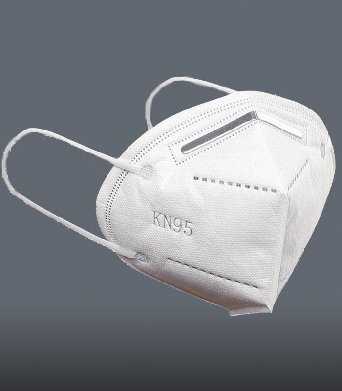 Maseczka ochronna klasy N95 zapewniająca filtrowanie napoziomie 95% BFE wkolorze białym naszarym tle